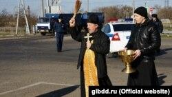 Настоятель храма проводит освящение опасного участка дороги в Новопокровском районе Краснодарского края