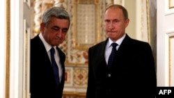 Russia -- President Vladimir Putin (R) and his Armenian counterpart Serzh Sarkisian meet in Novo-Ogaryovo, September 3, 2013