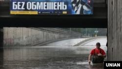 Затоплений шляхопровід біля метро «Дорогожичі», Київ, 25 липня 2018 року