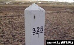 Қырғыз-қазақ шекарасындағы бағандардың бірі. Көрнекі сурет.