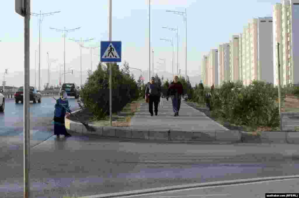 Уборка улиц в микрорайоне Мир-7, Ашхабад