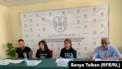 Инициаторы гражданского правозащитного движения «Қаhарман» («Герой») на пресс-конференции в столице Казахстана, 12 июля 2019 года.