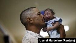 Geovane Silva mban në duar djalin e tij, Gustavo Henriquen, i cili ka mikrocefali dhe gjendet në spitalin Oswaldo Cruz në Brazil, 26 janar 2016