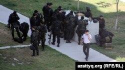 Вооруженные полицейские в день спецоперации. Алматы, 30 июля 2012 года.