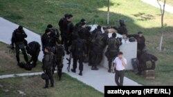 Полициямен белгісіз топ арасындағы қақтығыс кезіндегі арнайы полиция жасағы. Алматы, 30 шілде 2012 жыл.