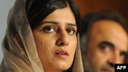 Pakistan -- Foreign Minister Hina Rabbani Khar (L) addresses a press conference at the Foreign Ministry in Islamabad, 14May2012