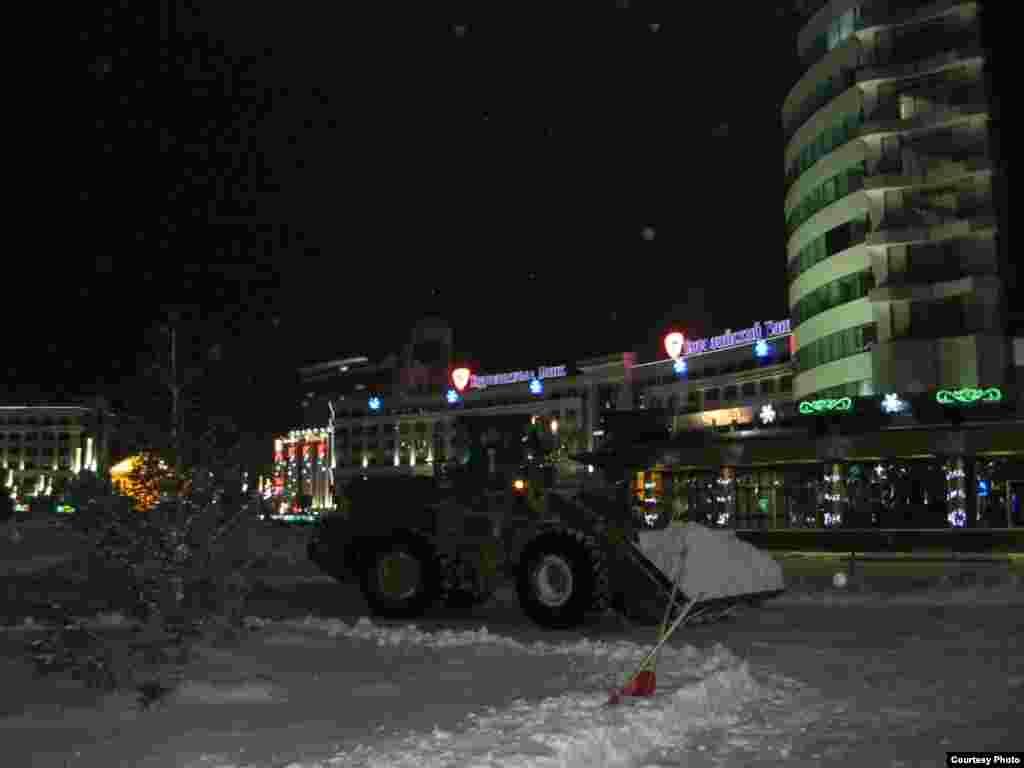 Қар тазалап жүрген көлік. Астана, 27 желтоқсан 2012 жыл. Суретті түсірген Өркен Жоямерген.