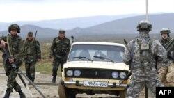 NATO və Azərbaycan əsgərləri Bakı ətrafında təlimlərdə iştirak edirlər. 24 aprel 2009