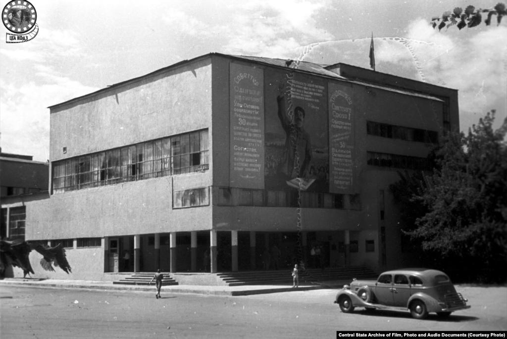 Здание Дома правительства. Снимок сделан в 1947 году (слева).Дом Совнаркома (правительства) КазССР строили в 1928–1931 годах по проекту известного советского архитектора теоретика конструктивизма Моисея Гинзбурга. Но уже в1957 году в городе сдали в эксплуатацию новый Дом правительства, а здание Гинзбурга занял учебный корпус КазГУ. Позже, в 1982 году, сюда «переехала» Академия искусств имени Жургенова. Здание считается важным памятником советского авангарда, однако его обликпосле нескольких реконструкций сильно изменился.