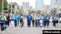 Премьер-министр Казахстана Карим Масимов в окружении других участников марафона бежит посреди Астаны. 13 сентября 2015 года.