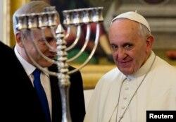 Папа Франциск получает подарок от премьер-министра Израиля на аудиенции в Ватикане