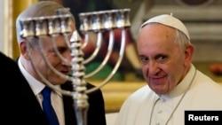 Израиль премьер-министрі Беньямин Нетаньяху (сол жақта) мен Рим Папасы Франциск. Ватикан, 2 желтоқсан 2013 жыл.