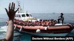 Pamje të migrantëve në portet e Italisë.