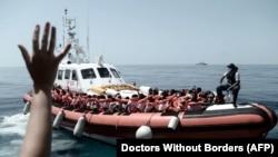 Архіўнае фота. Выратаваныя мігранты на борце італьянскага судна берагавой аховы , 2018 год