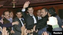 Նախագահ Ասադը ողջունում է իր կողմնակիցներին` Դամասկոսի Օպերայում ելույթ ունենալուց հետո, 6 դեկտեմբերի, 2012