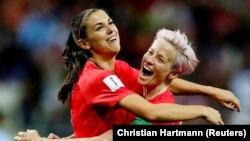 Aleks Morgan i Megan Rapino proslavljaju gol na utakmici SAD-Tajland