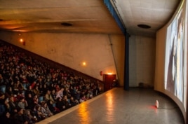 Кинотеатрда отырған ирандықтар. Тегеран, 30 қаңтар 2014 жыл.