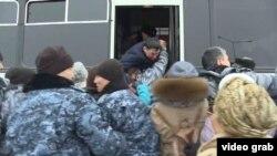 Задержание людей у здания МВД Казахстана. Нур-Султан, 25 февраля 2020 года.