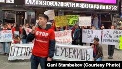 FreeKazakhs ұйымының акциясы және оның жетекшісі Ғани Стамбеков. Нью-Йорк қаласы, мамыр айы, 2019 жыл.