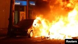 معترضان در بارسلون چند خودرو را به آتش کشیدند