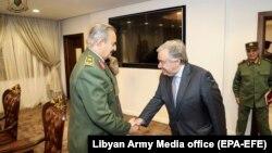 Генеральный секретарь ООН Антонио Гутерриш (справа) и Халифа Хафтар встречаются в Бенгази 5 апреля 2019 года.