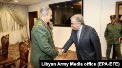 Антонио Гуттериш (справа) и генерал Халифа Хафтар в Бенгази, 5 апреля 2019