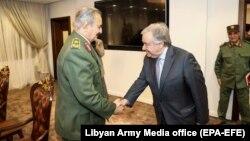 Генеральный секретарь ООН Антонио Гуттериш (справа) и генерал Халифа Хафтар в Бенгази, 5 апреля 2019 года