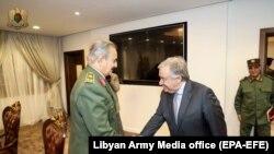 BMG-niň baş sekretary Antonio Guterriş Liwiýanyň milli goşunynyň komandiri Khalifa Haftar bilen görüşýär. Bengazi, 5-nji aprel, 2019.