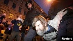 Полиция оппозиционер Алексей Навальныйды қолдау акциясына қатысушыны әкетіп барады. Санкт-Петербург, 7 қазан 2017 жыл.