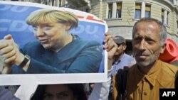 Merkel miqrantlara münasibətini sərtləşdirmək məcburiyyətindədir