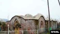 Dağılmaqda olan daha bir hamam isə 1806-cı ildə Ərçivan kəndində tikilib
