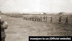 Головний отаман Симон Петлюра (ліворуч) приймає парад 6-ї Січової дивізії військ УНР. Бердичів, квітень 1920 року