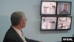 Київ.Променевий терапевт Андрій Леонович показує кібер-ніж для видалення онко пухлин через екрани