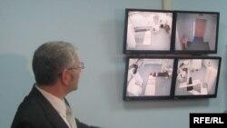 Променевий терапевт Андрій Леонович показує через камери, встановлені у операційній палаті, кібер-ніж для видалення онкопухлин