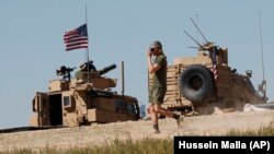 Солдат США біля американської військової бази, Манбідж, північна Сирія, квітень 2018 року