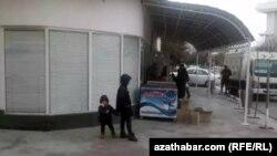 Дети у продуктового магазина, Ашхабад, март, 2020