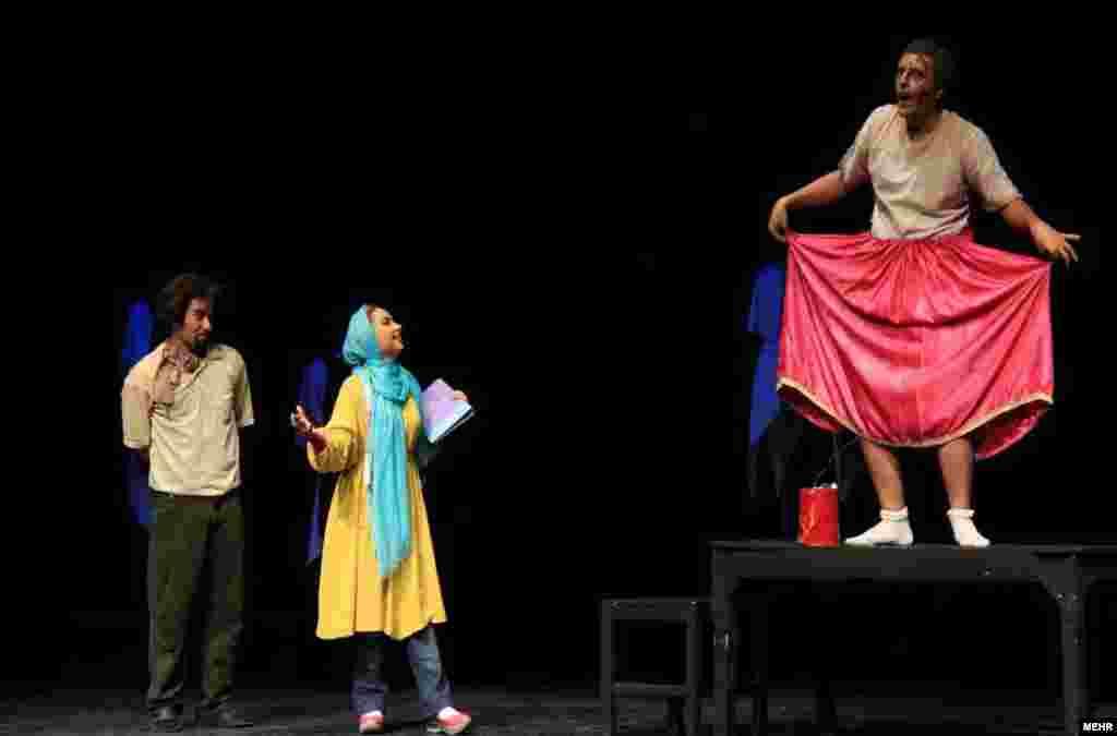 نمایش جن گیر در تالار هنر تهران.