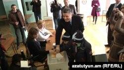 Серж Саргсян на избирательном участке