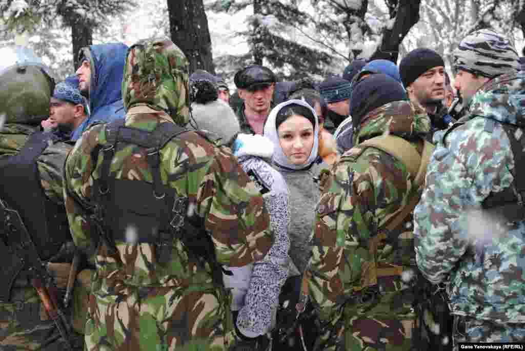 Рядом с комплексом правительственных зданий стоят сторонники Аллы Джиоевой, требующие от нынешнего руководства передать ей власть