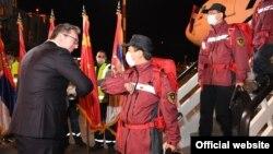 Președintele Aleksandar Vucic (fără mască) îi salută pe experții chinezi care au adus ajutoare medicale la Belgrad, 21 martie 2020