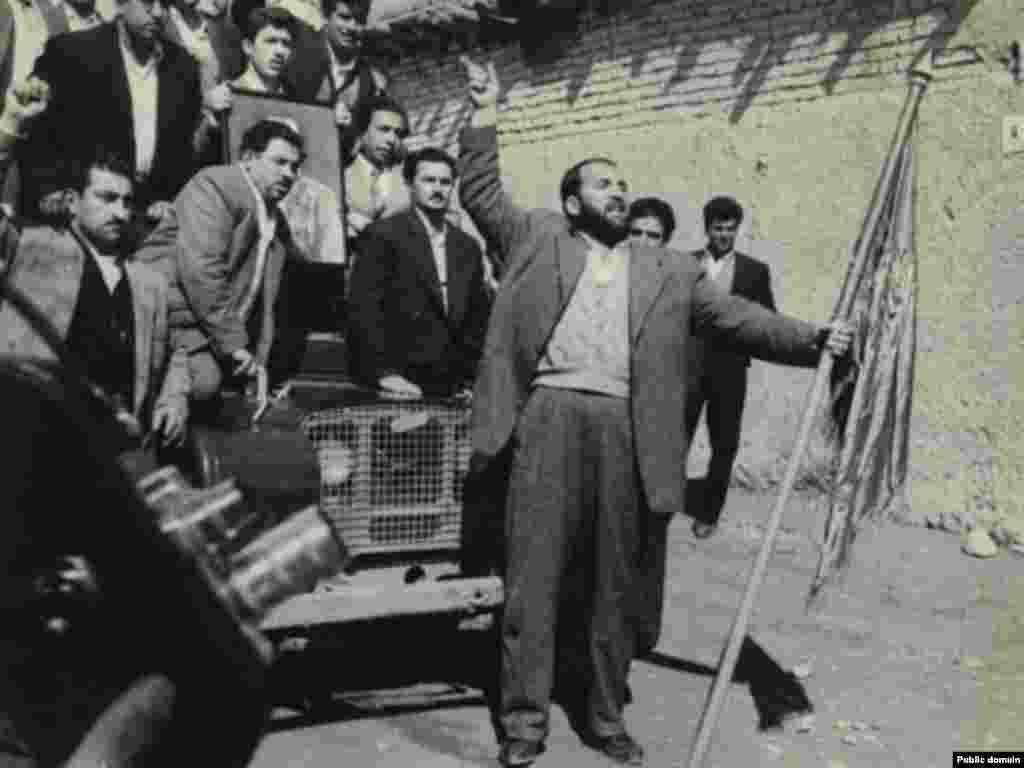 دار و دسته شعبان جعفری در روز ۲۸ مرداد ۱۳۳۲ (عکس: موسسه مطالعات و پژوهش های سیاسی)