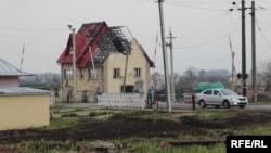 Разрушенный дом в зоне конфликта в Донбассе
