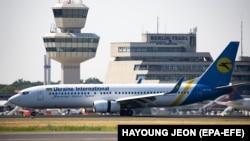 Ukrán repülőgép a Berlin-Tegel Otto Lilienthal repülőtéren 2018. július 31-én.