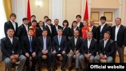 Кыргызстандын Олимпиадалык курамасын президент Алмазбек Атамбаев кабыл алган учур. 12-июль, 2012-ж.
