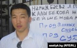 Мавлян Аскарбеков Чолпон Орузбаеванын укугун коргогон митингде, 2011-жылдын 7-июну.