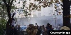 По некоторым данным, полиция применяет слезоточивый газ. Автор фото: Сергей Мазур