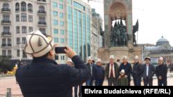 """Түркиядагы """"Кыргызстан"""" достук жана маданият коомунун мүчөлөрү Таксим майданында."""