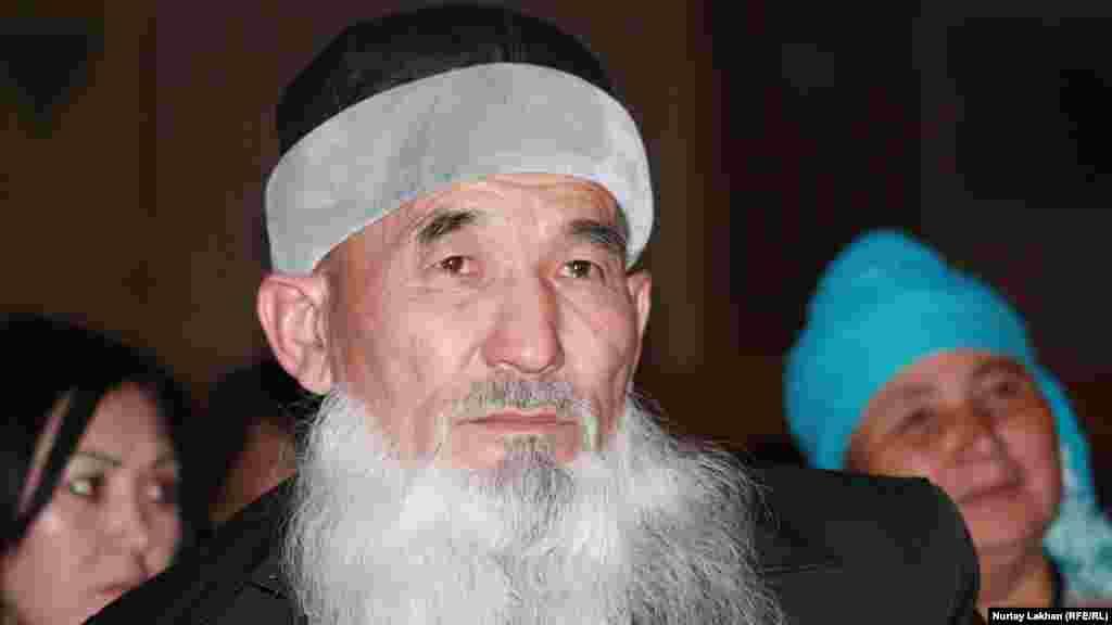 Айтыскер ақын Шорабек Айдаров көрермендер қатарында.