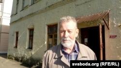 Анатоль Гнеўка ў двары дома № 5