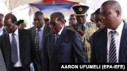 Зимбабве президенті Роберт Мугабе әскери және жай киімдегі адамдардың ортасында. Хараре, 17 қараша 2017 жыл.